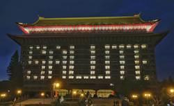 圓山飯店點燈「SALUTE」向醫護人員致敬