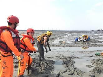 太會挖了!阿伯潮間帶挖赤嘴 困泥灘挖土機救命