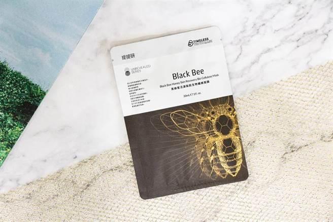 「黑蜂蜜活源新肌生物纖維面膜」是提提研目前研發出最滿意的面膜,非常適合因口罩悶著產生肌膚問題的人使用。(圖/品牌提供)