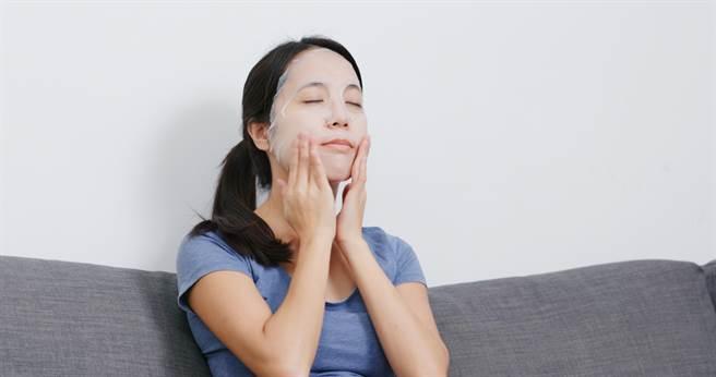 台灣人很愛用面膜保養肌膚,但許多人都對於面膜存在錯誤迷思。(示意圖/shutterstock提供)