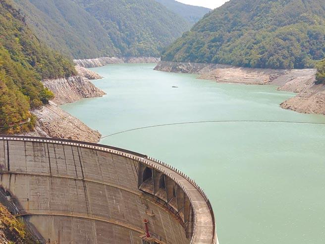 德基水庫水位創10年新低,岸邊岩壁裸露光禿。(王文吉攝)