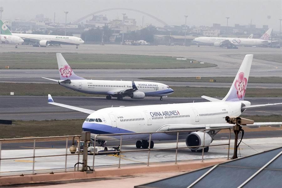 桃機停機坪華航班機。(資料照/陳麒全攝)