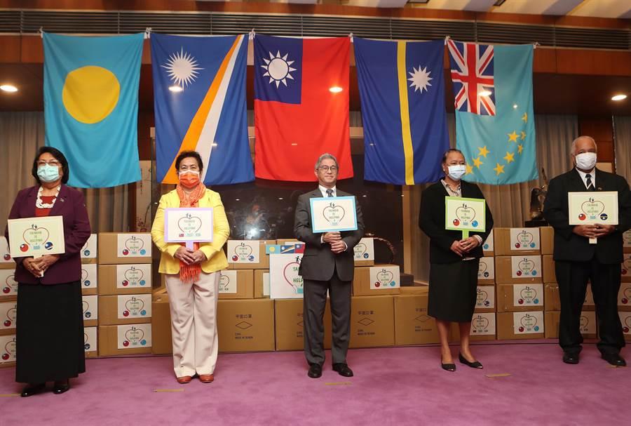 政務次長徐斯儉(中)主持,帛琉共和國駐台大使歐克麗(左二)、馬紹爾群島共和國駐台大使艾芮瓊(左)、諾魯共和國駐台大使凱法斯(右)及吐瓦魯國駐台大使涂莉梅(右二)出席受贈。(陳怡誠攝)