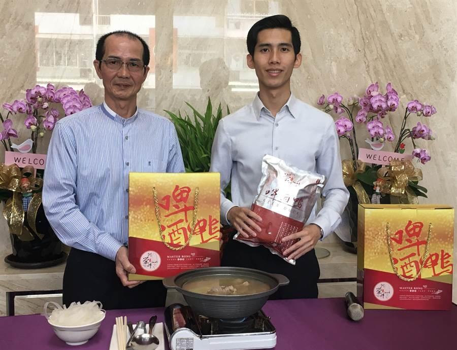 吳崇榮(左)研發啤酒鴨,台大畢業兒子吳柏融用網路平台創下長紅業績。(廖素慧攝)