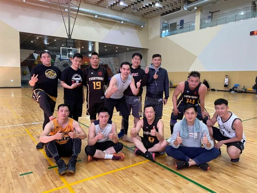 蘇永誠(中)和同事共組籃球隊,下班後常一起去打球,實踐永慶房屋「聰明工作健康生活」的企業職場環境。