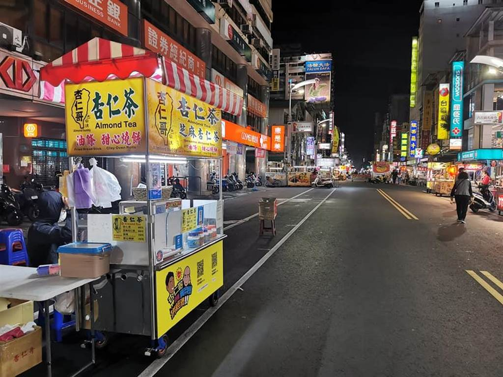 杏仁哥昨貼出照片,並宣布因全球疫情影響,在六合路攤位暫時停業。(圖/擷取自杏仁哥臉書)