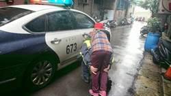 老婦濕冷天腿無力攤路旁 暖警揹她上3樓背影引淚崩