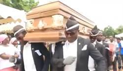 「黑人抬棺」為何爆紅?當年的非洲老哥竟藏超勵志故事...