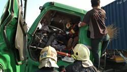 國道1號4車連環大追撞  卡車撞爆車頭司機慘被夾