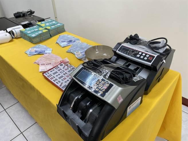 金門警方就在金沙鎮查獲貨櫃屋賭場,查扣賭資新台幣41萬3700元、籌碼千元代鈔330萬5000元、錄影監視器1組、帳冊1本、筒子麻將1付,骰子3顆,點鈔機2台。(李金生攝)