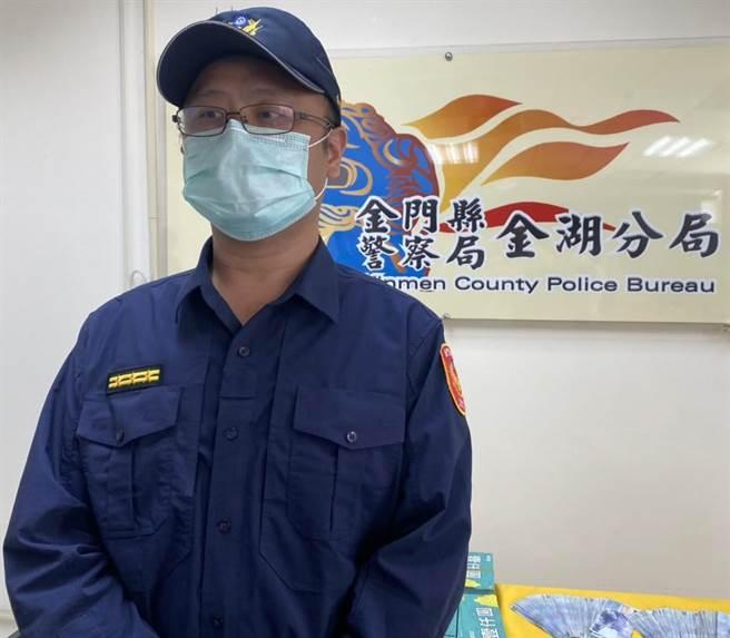 金湖分局副分局長楊智銘說明,警方摸黑突襲貨櫃屋賭場,落網13人中僅有1人配戴口罩。(李金生攝)