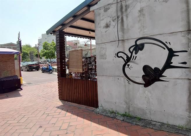 塗鴉客又來作亂,一夜間攻佔鹿港老街從中山路到古蹟公會堂之間的各式牆面和變電箱,共留下十大幅神秘狗「巨作」。(吳敏菁攝)