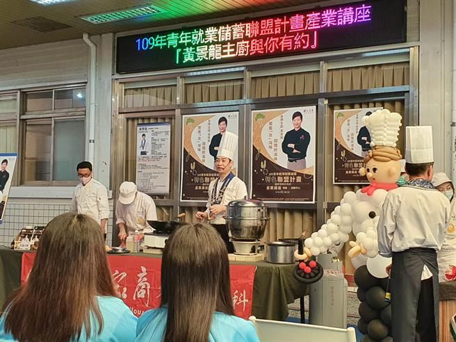 新北市能仁家商餐飲管理科今(16日)邀請金牌主廚黃景龍到校示範教學。(葉書宏攝)
