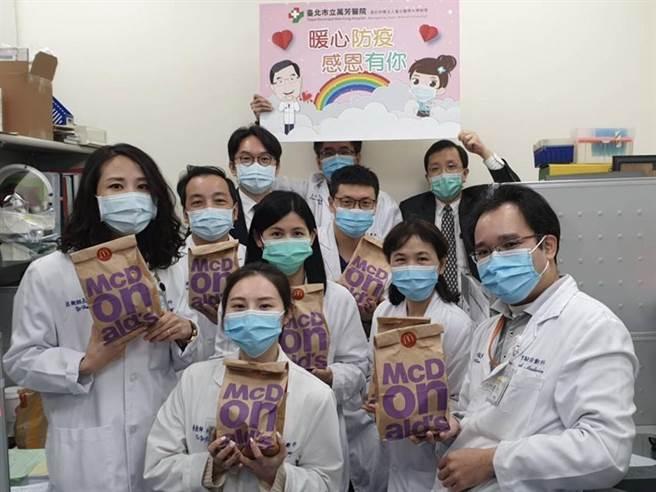 (台灣麥當勞送上3,500份加油早餐,為防疫最前線的「醫事檢驗師」傳遞溫暖與正能量。圖/台灣麥當勞)