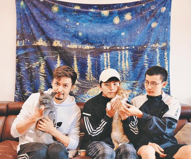 張雁名(左起)與Mark、Jacob展開3男2貓的同居新生活。(伊林娛樂提供)