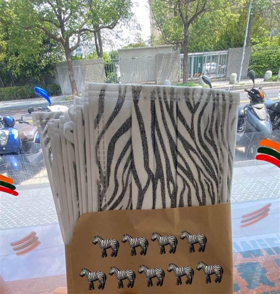 也有網友分享,口罩實名制改14天9片後,直接領到9隻斑馬。(圖/翻攝自PTT)