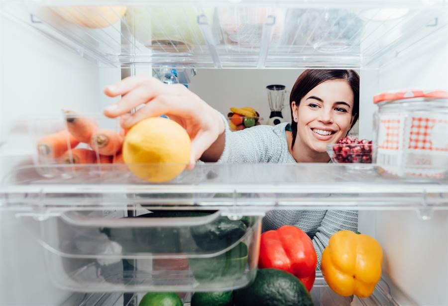 冰箱並非萬能,要定期清點存放冰箱的食材,如果有發霉或逾期的食材,應丟棄不再食用。(達志影像/shutterstock)