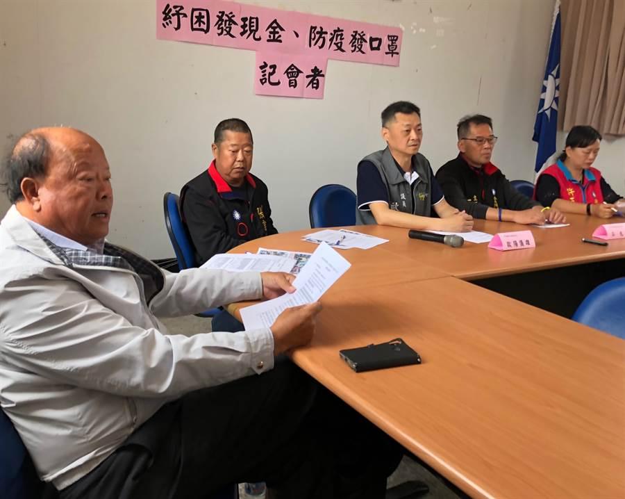 縣議員洪成發(左)呼籲政府拿出確切作法,落實照顧百姓生計和健康工作。(李金生攝)