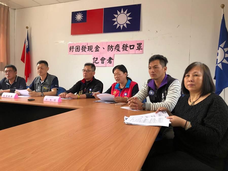 無黨籍議員唐麗輝(右)也出席參加,一起關心攸關民生經濟與百姓健康的重大議題。(李金生攝)