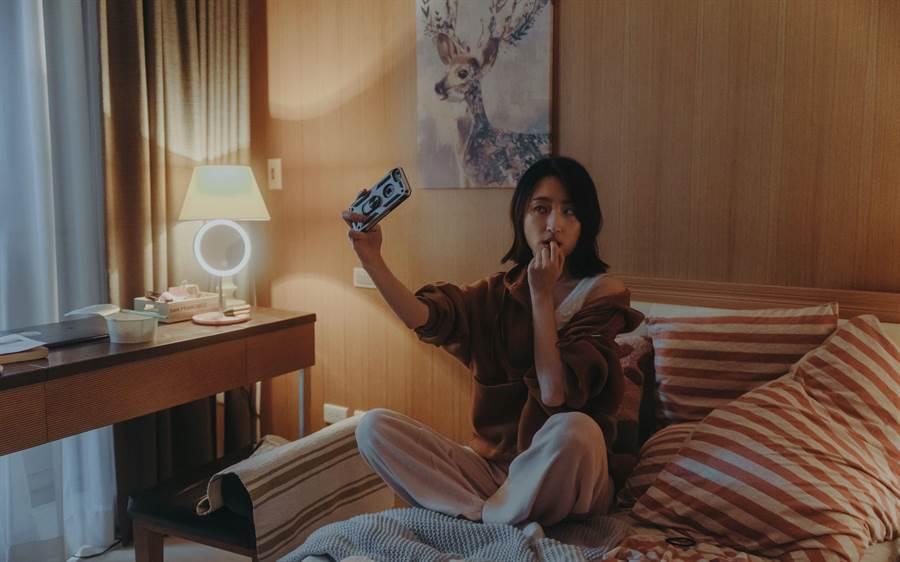 柯佳嬿在《愛的詐欺犯》中飾演「黎業安」個性大咧咧,用網路交友跟陌生人聊天拉近距離,不過私下她自認是慢熟的人。(中視提供)