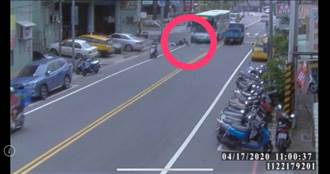 機車騎士疑似搶快違規左轉 遭公車撞上性命垂危