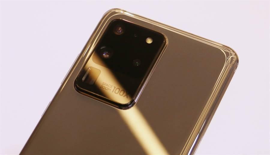 三星 Galaxy S20 Ultra 是 S20 系列中唯一具備 100 倍變焦功能的款式。第三方相機評測到底給出怎樣的評價,能否超越當前手機相機的冠軍 P40 Pro,引發關注。(黃慧雯攝)