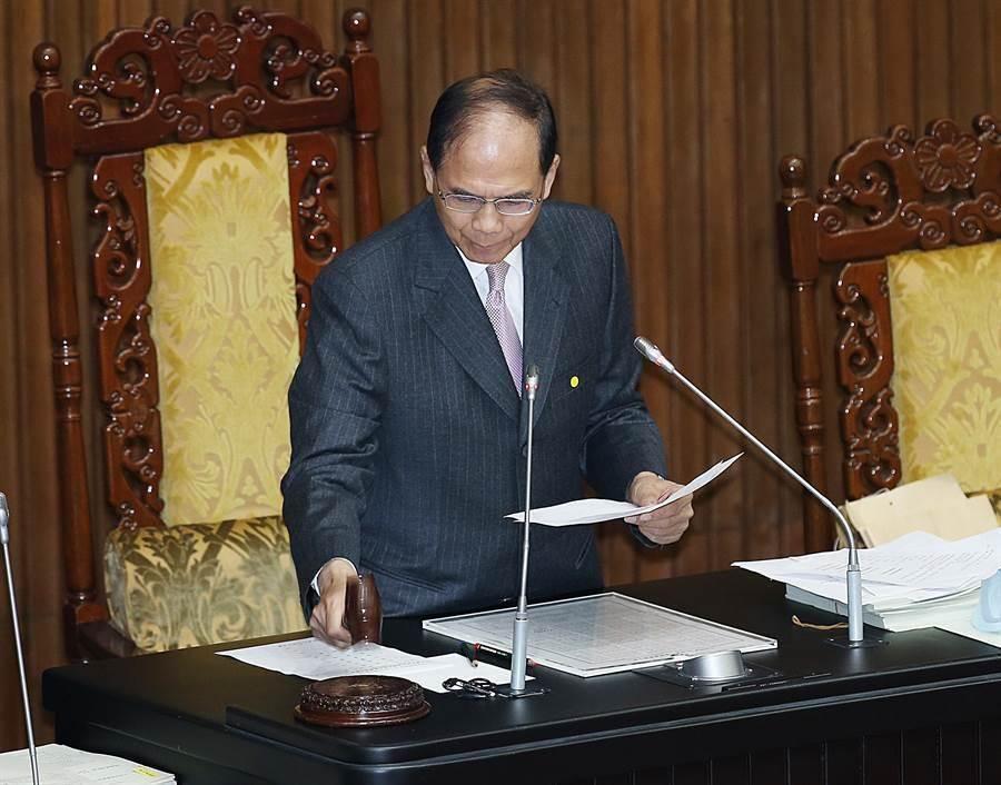 在院長游錫堃敲槌後,立法院17日院會三讀通過「國土計畫法部份條文修正草案」。(姚志平攝)