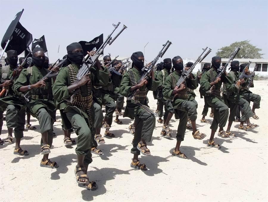 一名身遭叛軍包圍、受困於非洲莫三比克並自稱為我國公民的方姓男子,今日上傳求救影片至社群影音網站Youtube,請求政府協助。圖為被列為伊斯蘭恐怖主義的索馬利亞青年黨,勢力範圍擴及莫三比克。(示意圖/美聯社)