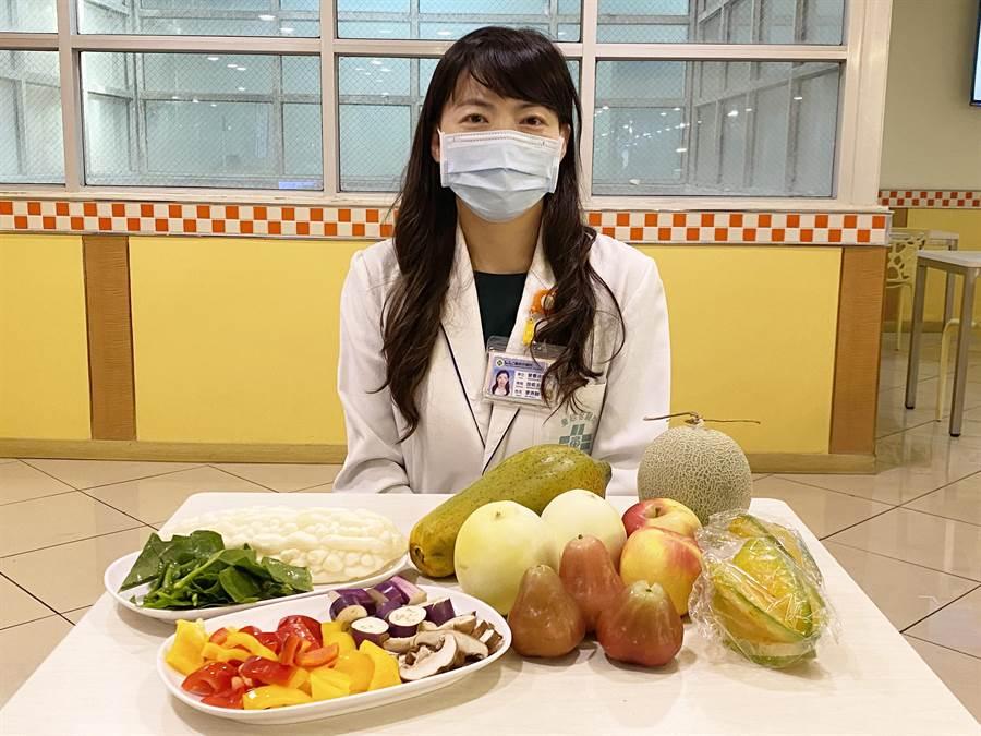李沛融主任呼籲多攝取新鮮蔬菜水果來增強抵抗力。(陳淑娥攝)