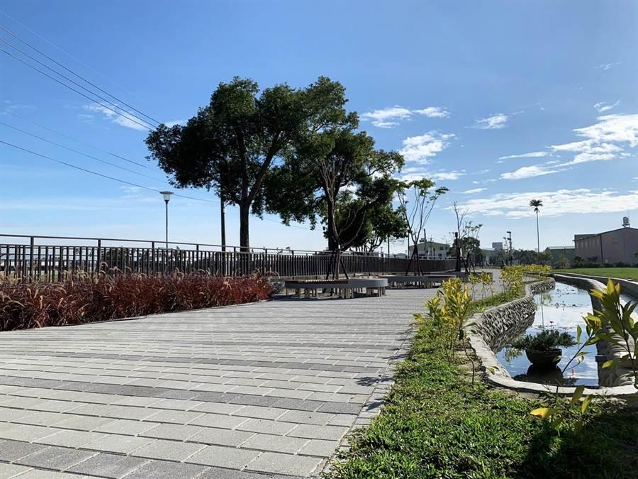 台中市府將荒廢空間活化為休憩場域的成功亮點,包括大雅區生硬的區域排水,再造為十四張圳水岸公園。(盧金足攝)