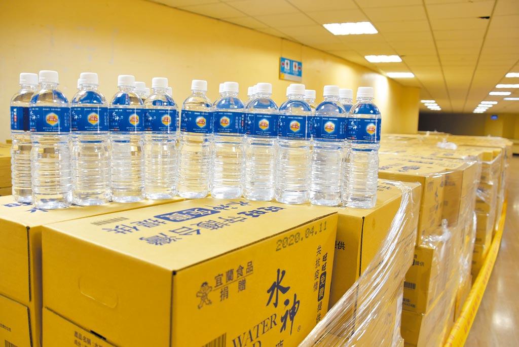 水神來了!旺旺集團捐贈彰化縣政府4萬瓶水神抗菌液。(吳敏菁攝)
