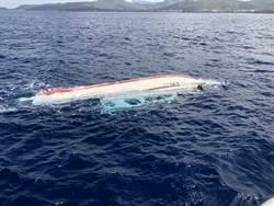 現場直擊》墾丁外海快艇翻覆 2人疑困艙底