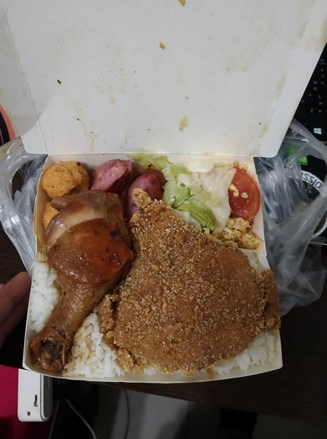 一名網友夾了雞腿+排骨的雙主菜,附上白飯與四樣配菜竟然只要95元,引起暴動 (圖/翻攝自爆廢公社)