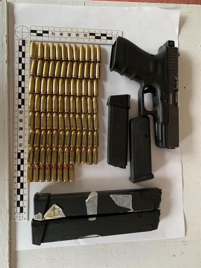 警方從抽水馬達內起獲一把制式手槍、4個彈匣及92發子彈。(翻攝照片/林郁平台北傳真)