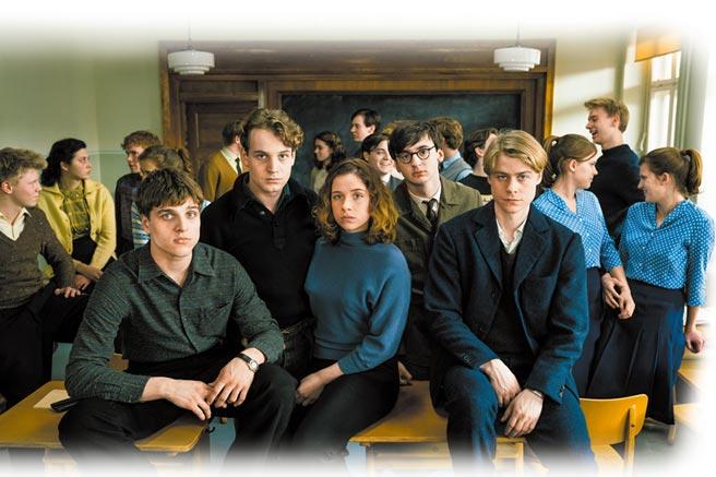 《無聲革命》片中的高中學生如何對抗東德政府及學校當局的壓迫也成為該片亮點之一。(傑捷電影提供)
