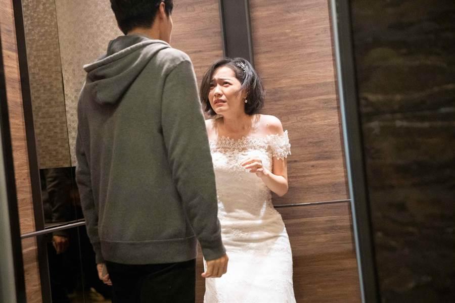 台視八大《覆活》藍甯彤被唐振剛挾持進電梯。(八大提供)