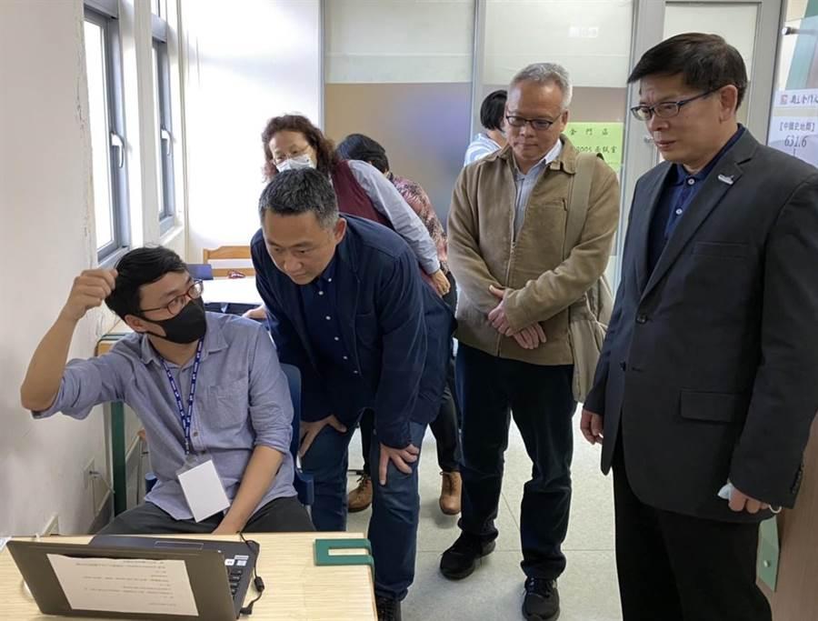 金大遠距視訊面試中心啟用, 楊鎮浯縣長(中)到場替考生加油打氣。(金大提供)
