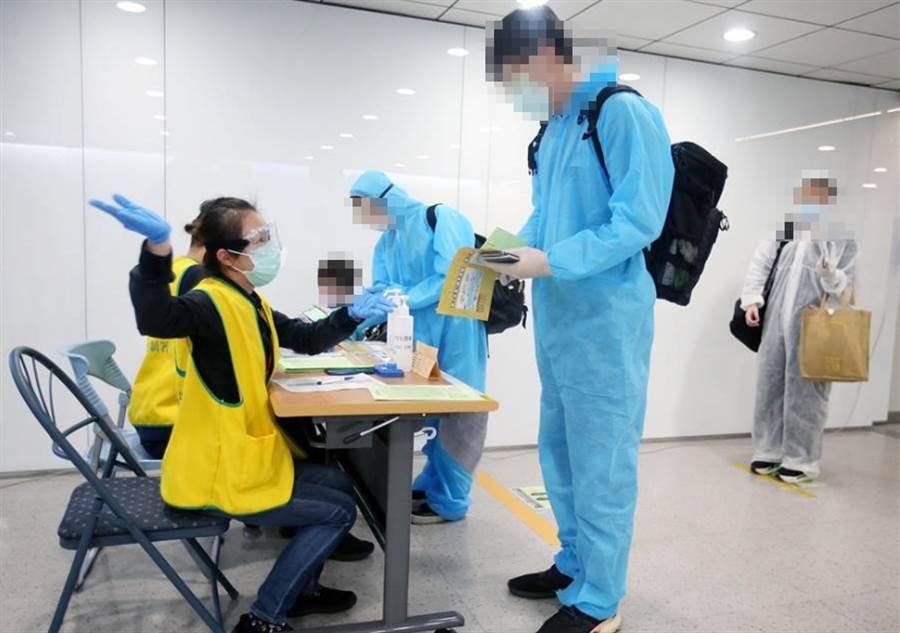 滯留在阿拉伯聯合大公國的國人晚間抵台,並在入境前查驗健康聲明書。(范揚光攝)