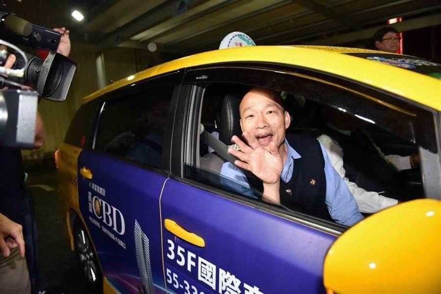 高雄市長韓國瑜。圖為去年韓國瑜上任不久,透過「夜宿小黃運將家」,傾聽民意。(圖/翻攝自韓國瑜臉書)