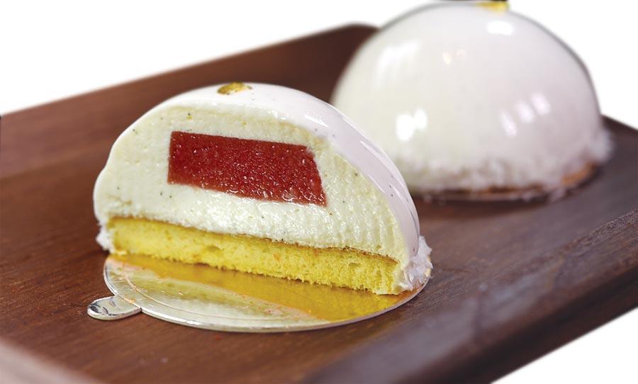 名為〈可可〉的這道甜點,白色的牛奶淋面下包覆的是紅心芭樂果凍與香草椰子慕斯。圖/姚舜