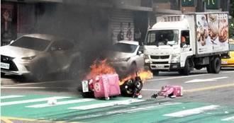 外送員閃避不及撞上小客車 機車瞬間燃成火球