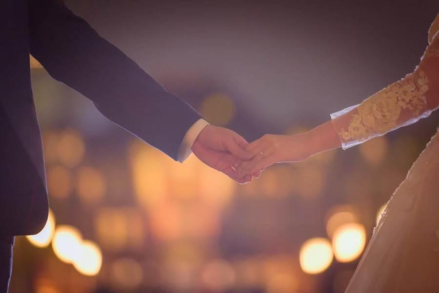 為讓新人婚攝受到更完善的保障,經濟部訂定「婚紗攝影服務定型化契約應記載及不得記。(台中市政府法制局提供/陳世宗台中傳真)