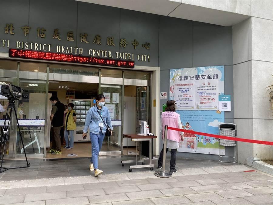 信義健康中心口罩自動販賣機人潮少,民眾到現場不用排隊就能買到。(游念育攝)