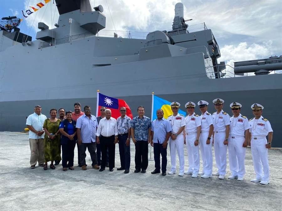 敦睦艦隊3月出訪帛琉,駐帛琉大使周民淦、帛琉副總統、陳支隊長與嘉賓合影。(圖/取自 中華民國駐帛琉大使館)