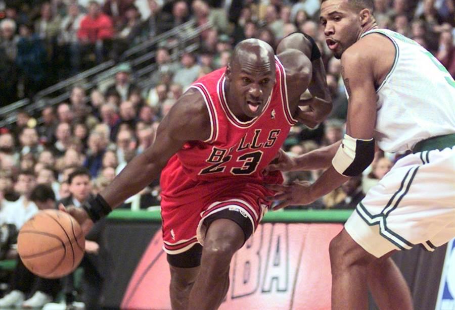 公牛隊喬丹在1997年持球進攻的身影。(美聯社資料照)