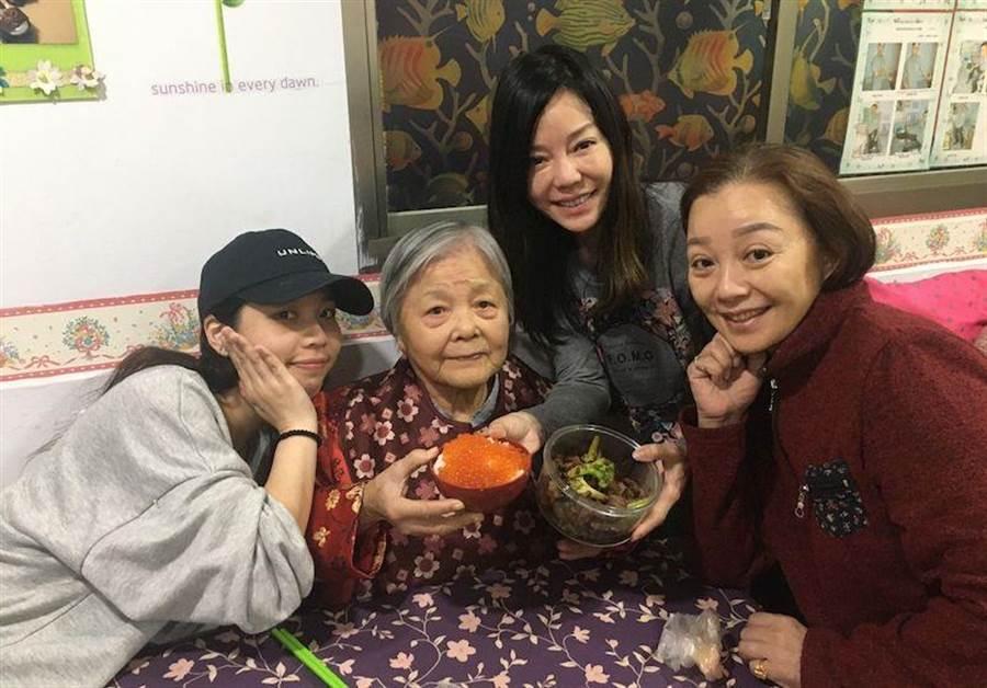 狄鶯姊姊狄玫(右起)、狄鶯、狄媽、狄鶯大弟的女兒,今年農曆年還開心相聚。(狄鶯提供)