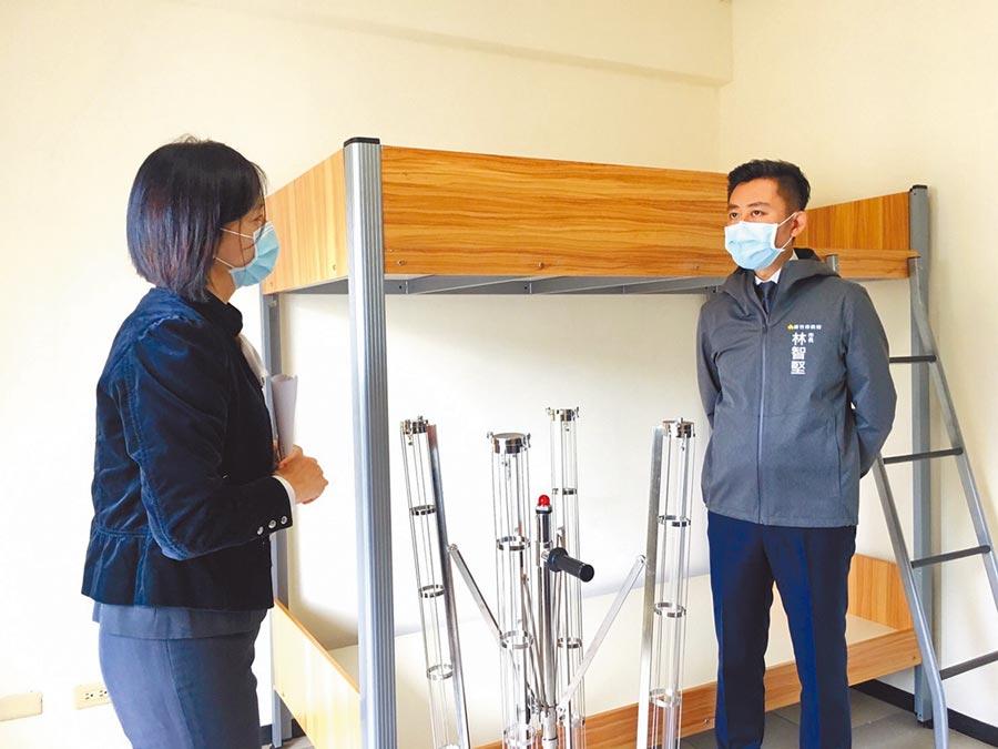 新竹市長林智堅(右)18日至外國移工宿舍視察防疫情形。(陳育賢攝)