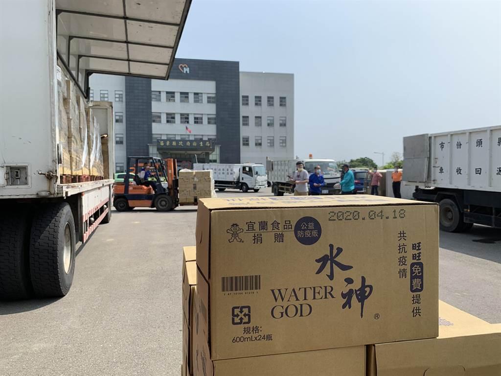 苗栗縣政府獲旺旺集團捐贈14萬瓶「水神」微酸性電解次氯酸水,20日第一批送抵縣府衛生局,將由8個鄉鎮公所發送至家戶。(何冠嫻攝)