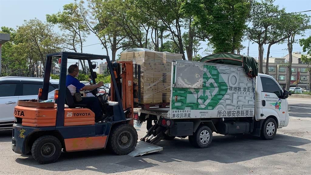 苗栗縣政府獲旺旺集團捐贈「水神」微酸性電解次氯酸水,將由8個鄉鎮公所發送至家戶。(何冠嫻攝)