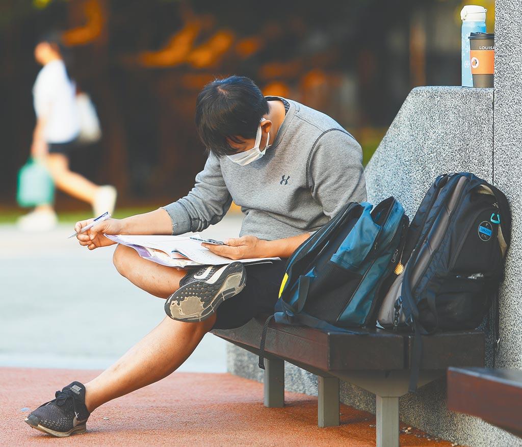 新冠肺炎衝擊就業市場,受到就業博覽會停辦、廠商徵才保守等影響,今年大學畢業生在畢業前就能找到工作的比率,將降至1成5至2成。圖中人物與新聞事件無關。(本報資料照片)